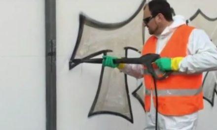Limpiando una grafitti en una fachada protegida con PLX cristal